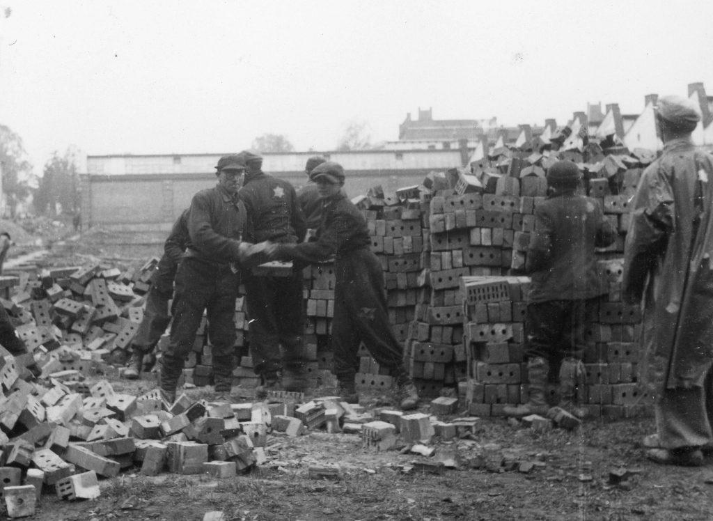 Joodse dwangarbeiders verrichten bouwwerkzaamheden voor Telefunken in Reichenbach, voorjaar 1944. Foto: Hist. Archiv AEG