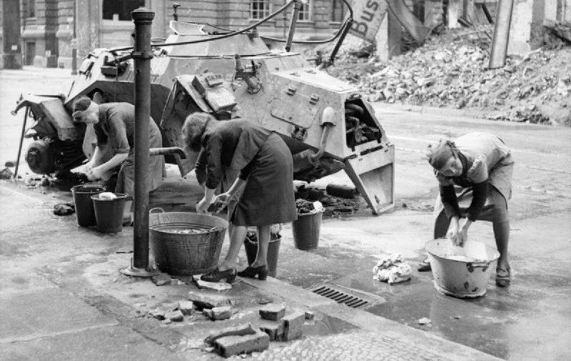 Duitse vrouwen doen de was in een verwoest Berlijn, 1945 (Publiek Domein - IWM - wiki)