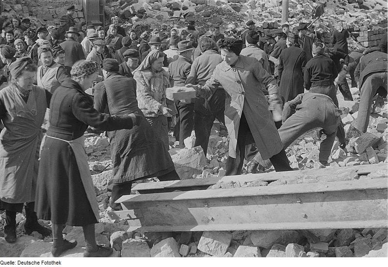 Inwoners van Dresden ruimen puin na het bombardement van 1945 (CC BY-SA 3.0 de - Deutsche Fotothek - wiki)