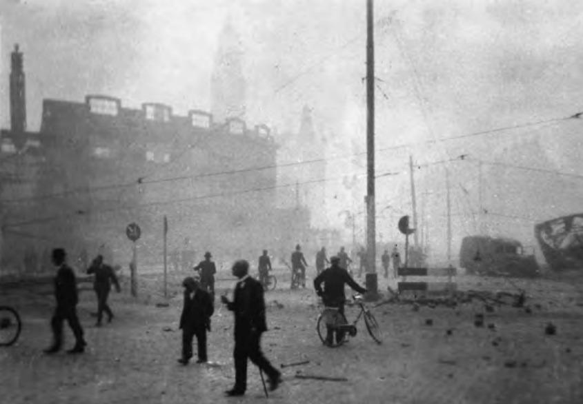 De enorme rookontwikkeling bij het bombardement Rotterdam maakte kijken en ademhalen bijna onmogelijk.