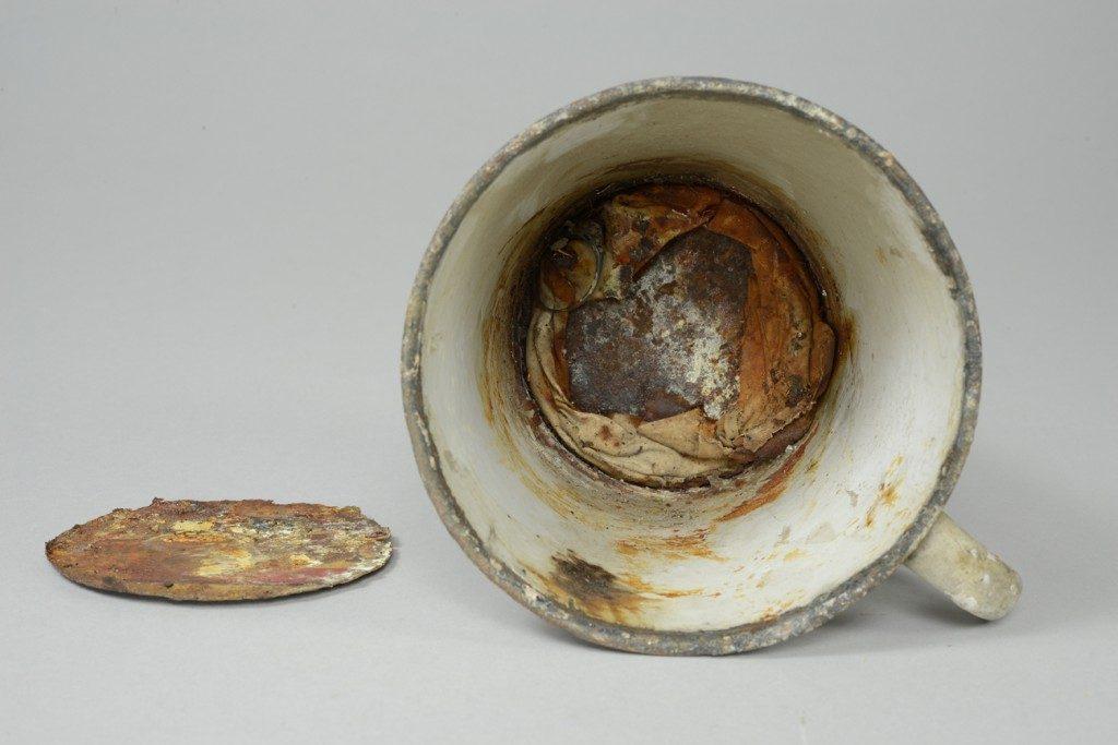 Sieraden ontdekt in mok met dubbele bodem in Auschwitz (Foto: Auschwitz Museum - Mirosław Maciaszczyk)