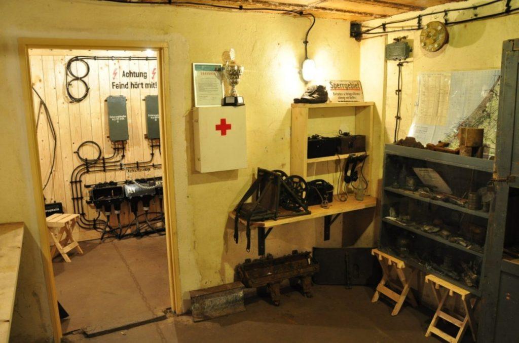 Communicatie-vertrek in het Atlantikwall Museum Scheveningen. (CC BY-SA 3.0 - Vincent van Zeijst - wiki)