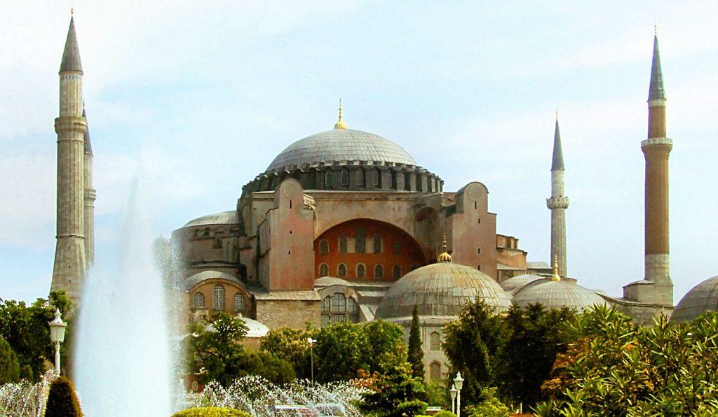 De Hagia Sophia / Aya Sophia in Constantinopel, ooit de grootste kathedraal ter wereld, werd in het Ottomaanse Rijk verbouwd tot de moskee Hagia Sophia.