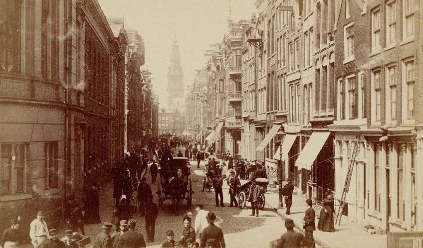 De Jodenbreestraat in 1884 vanaf de Portugese synagoge. Uiterst links het Anatomisch Laboratorium, in het midden de achterkant van de Zuiderkerk (Stadsarchief Amsterdam)