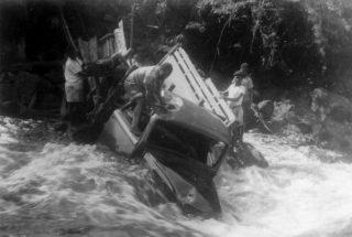 Het autowrak nadat de slachtoffers waren geborgen, bron: fotoboek Jan van Bommel