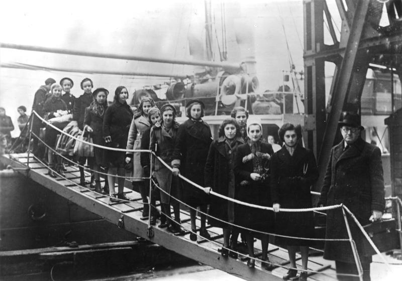 Aankomt van Joodse kinderen in Londen, februari 1939 (cc - Bundesarchiv)