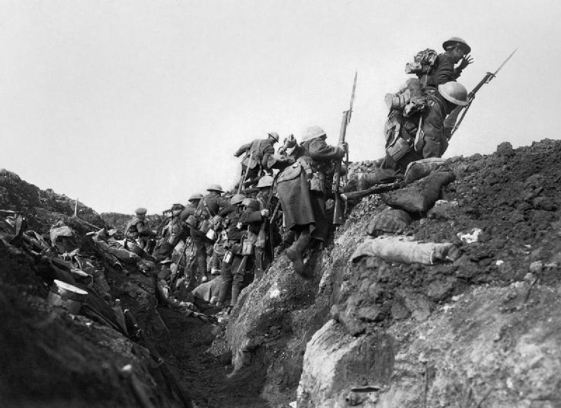 Britten gaan 'over de top' tijdens de Slag aan de Somme in 1916 (cc - IWM)