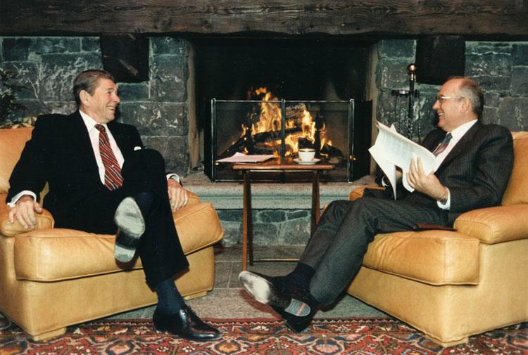Gorbatsjov (rechts) met Reagan in 1985