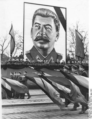 Rouw in Dresden naar aanleiding van het overlijden van Stalin (cc -Bundesarchiv)