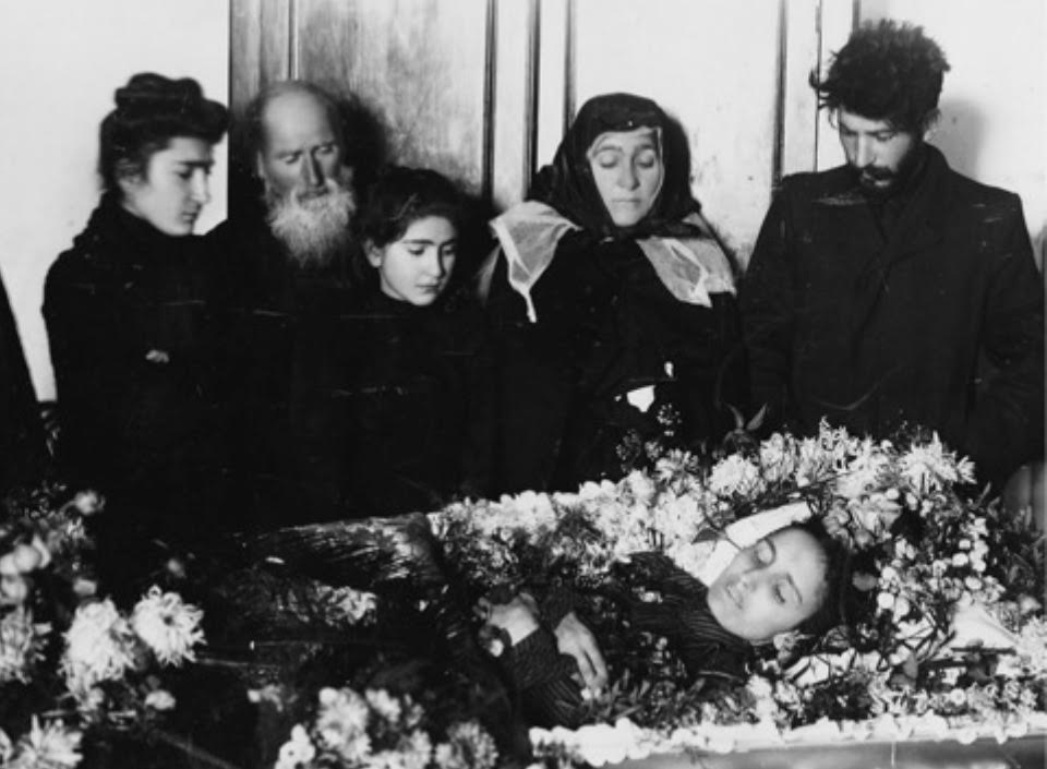 Begrafenis van Kato Svandiza (1880-1907), de eerste vrouw van Jozef Stalin. Stalin staat rechts op de foto. Bron: Wikipedia (Eng.)