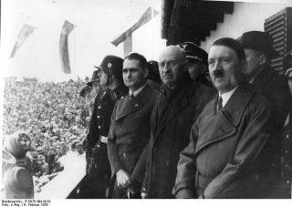 Adolf Hitler tijdens de openingsceremonie van de Olympische Spelen van 1936 (cc - Bundesarchiv)