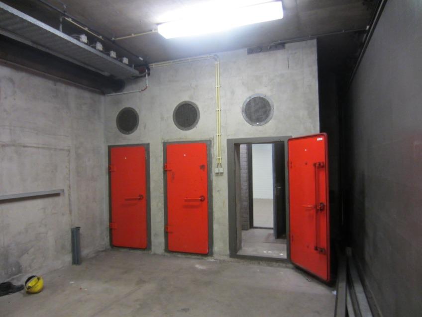 Sluisruimte tussen station en schuilkelder in metrostation Weesperplein, 2013. Foto door Mojito, Wikimedia Commons.