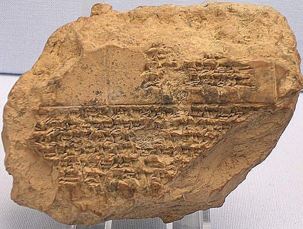 Een kleitablet met een lijst van maanverduisteringen tussen 518 en 465 v.Chr. Het tablet is vooral bekend omdat het de dood vermeldt van de Perzische koning Xerxes.