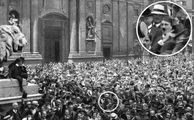 Op zondag 2 augustus 1914 bevindt de 25-jarige Hitler zich tussen de duizenden mensen op de Odeonsplatz in München. De uitgelaten menigte, die het uitbreken van de oorlog viert, wordt door Heinrich Hoffmann gefotografeerd. Later wordt Hitler geïdentificeerd als figuur in de massa, hoewel men tegenwoordig denkt dat er sprake is van trucage.
