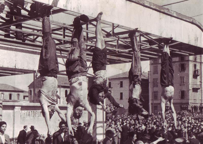 Mussolini en Petacci na hun executie. Milaan, 28 april 1945. Bron: www.historyinanhour.com