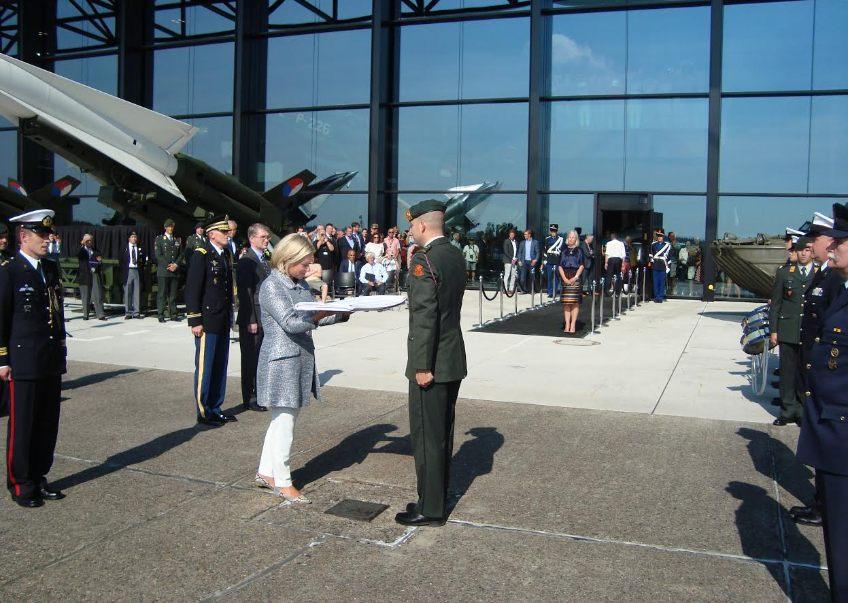 Minister Hennis krijgt de D-Day vlag (Foto E. Ruis)