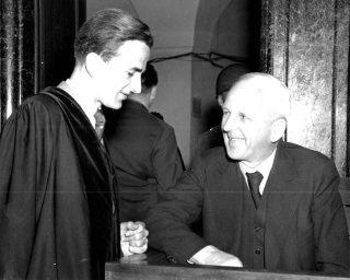 Richard von Weizsäcker met zijn vader Ernst in de tijd dat laatstgenoemde in Neurenberg terecht stond tijdens het Amerikaanse proces tegen o.a. medewerkers van het Duitse ministerie van Buitenlandse Zaken. (Bron: US Army / Publiek Domein)