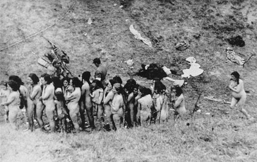 Alhoewel het officieel verboden was, werden er geregeld foto's gemaakt van executies van Joden in de Sovjet-Unie. Deze foto is gemaakt in Oekraïne in 1942. De vrouwen en kinderen zijn in een rij opgesteld in afwachting van hun executie door Oekraïense collaborateurs. (Bron: U.S. Holocaust Memorial Museum)