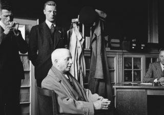 Verhoor in mei 1945 van Max Blokzijl, de radiopropagandist van de NSB. Blokzijl werd in september 1945 door het Bijzonder Gerechtshof in Den Haag ter dood veroordeeld en is een jaar later gefusilleerd