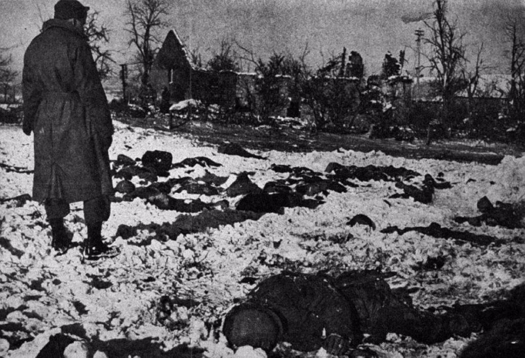 Amerikaanse soldaten ontdekken slachtoffers van het bloedbad van Malmedy
