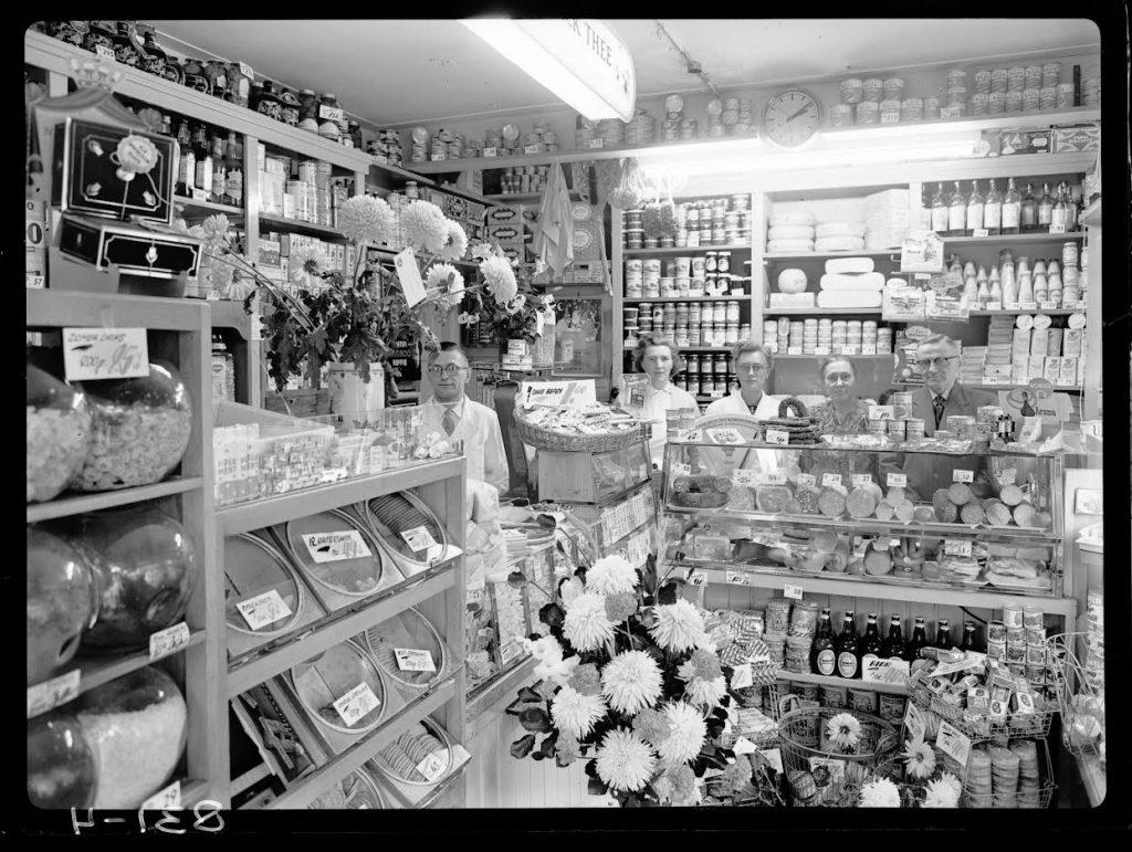Centra-winkel aan het Borneoplein van het echtpaar Van der Wal, 1956. (c) Fotobedrijf Piet Boonstra, Collectie RHC Groninger Archieven.