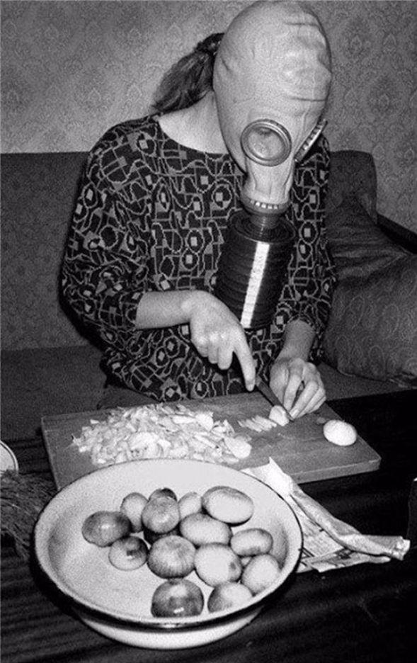Ook thuis werd het gasmasker gebruikt als keukenhulpje (herkomst foto onbekend)