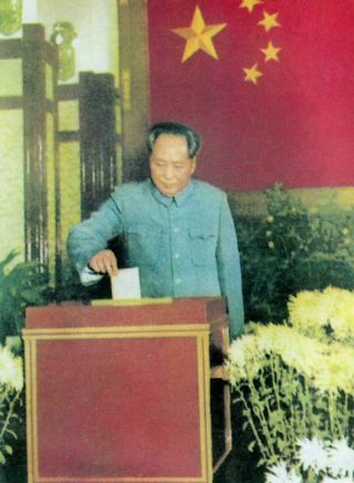 Afbeelding uit het Rode Boekje - Mao brengt een stem uit, ca. 1950 (Publiek Domein - wiki)
