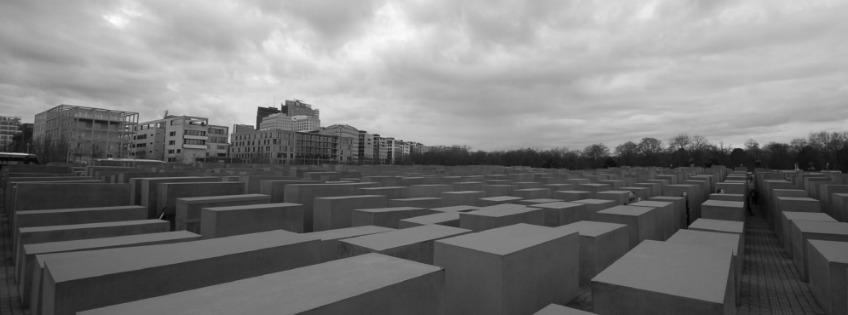 Het Holocaustmonument in Berlijn werd ontworpen door Peter Eisenman en onthuld in 2004 op de zestigste herdenking van de val van het Derde Rijk. (foto: STIWOT, Barry van Veen)