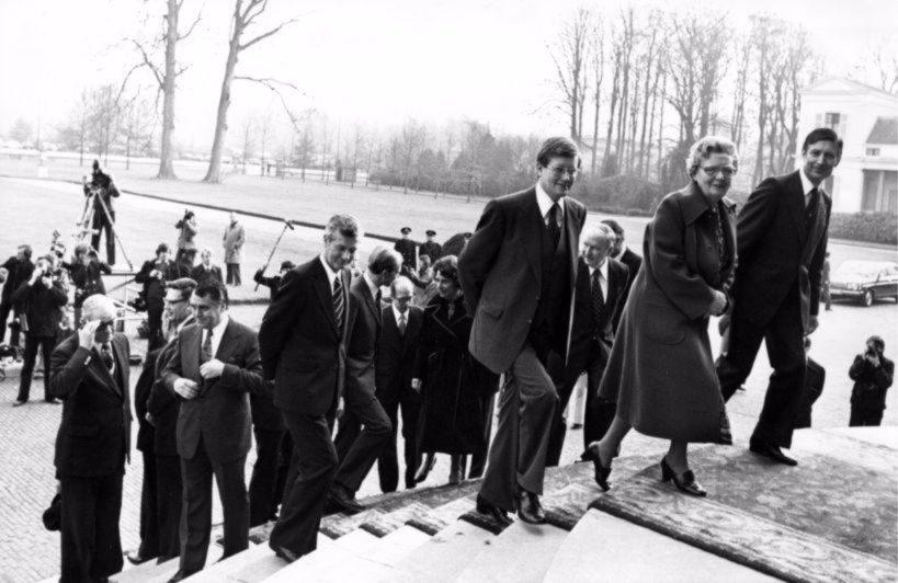 De ministers van het kabinet-Van Agt I en koningin Juliana verlaten de trappen van het bordes van Paleis Soestdijk na het laten maken van de traditionele persfoto's.