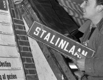 Het bordje Stalinlaan wordt verwijderd (CC0 - Anefo - wiki)