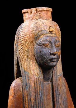 Koningin Ahmose Nefertari werd afgebeeld met een zwart gezicht. Die kleur refereert aan de vruchtbare aarde als bron van nieuw leven.
