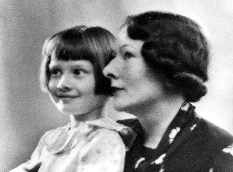 Audrey en haar moeder Ella van Heemstra, 1930-1935. AUDREY HEPBURN FAMILY PHOTO COLLECTION: COPYRIGHT © 2016.
