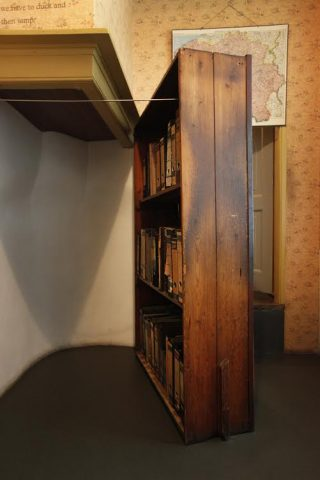 Boekenkast staand, AFS 2010, fotograaf Cris Toala Olivares