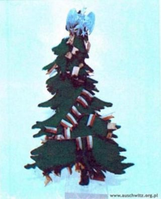 Door een Poolse gevangene gemaakte kerstboom. (Staatsmuseum Auschwitz-Birkenau)