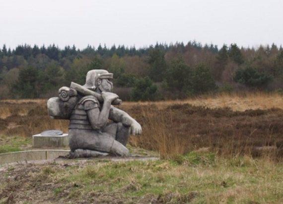 Visualisatie van het marskamp, in de vorm van een geknielde legionair met marsbepakking. Afbeelding afkomstig van MijnGelderland.nl.