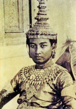 Sihanouk tijdens zijn kroning, 1941