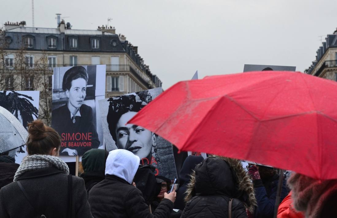 Poster met beeltenis van Simone de Beauvoir meegedragen tijdens een mars op Internationale Vrouwendag in 2018, Parijs
