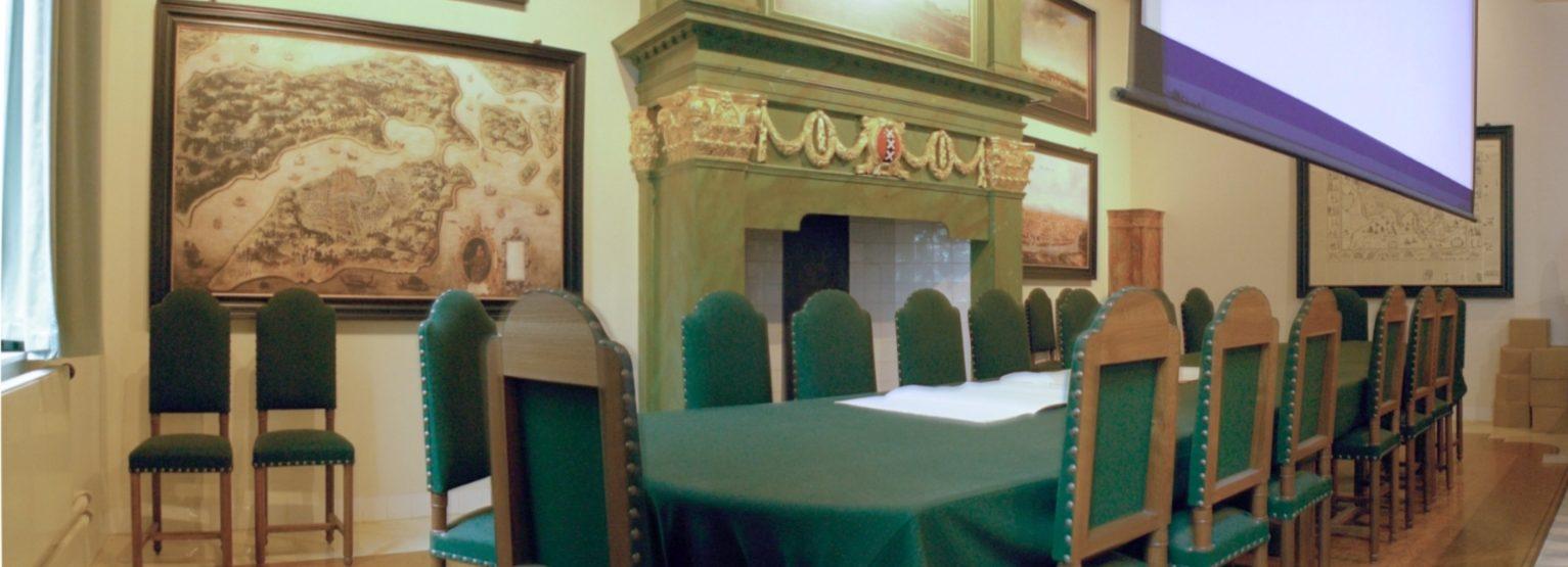 """De tafel met de zeventien stoelen van """"de Heren XVII"""" in het Oost-Indisch huis in Amsterdam. - cc"""