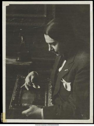 Kunstkenner Jacques Goudstikker leidde de meest toonaangevende kunsthandel van Nederland en hield internationaal grote tentoonstellingen. Hij wist in de meidagen van 1940 met vrouw en kind over zee te vluchten. Hijzelf kwam tijdens deze vlucht om. (foto: Stadsarchief Amsterdam)