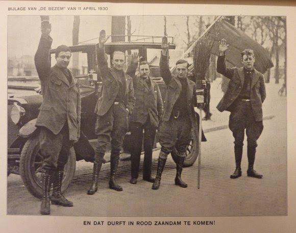 De leider van het Nederlandse fascisme Jan Baars (2e van links) brengt de fascistengroet tijdens een propaganda-actie in het communistische Zaandam, 1930