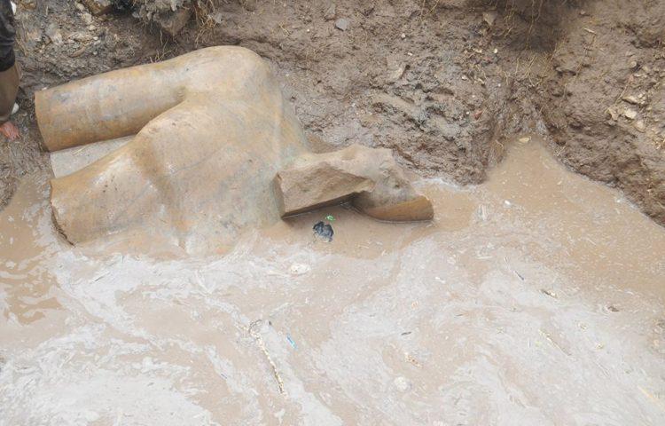 Deel van het beeld van (vermoedelijk) Ramses II (Ministerie van Oudheden van Egypte)