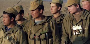 Zinken doodskisten als symbool van hoogste prijs van zinloze oorlog