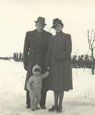 Piet Noest en zijn ouders, begin 1940, kort voor de bezetting. Uit het familiearchief