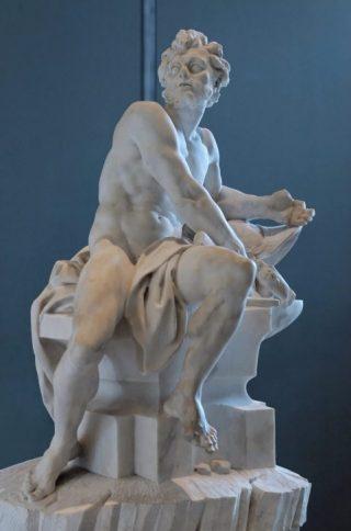 Marmeren sculptuur van Vulcanus (Hephaestus), meesterproef van Guillaume II Coustou uit 1742 om toegelaten te worden tot de Franse Koninklijke Academie – Louvre Parijs