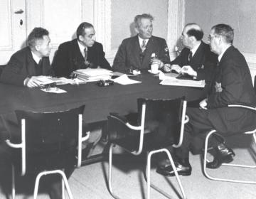 Amsterdam, november 1942. Vergadering van het dagelijks bestuur van de Joodse Raad. V.l.n.r. Meyer de Vries, J. Brandon, de voorzitters A. Asscher en prof. D. Cohen, A. van der Laan. BeeldbankWO2 / NIOD, Joh. de Haas