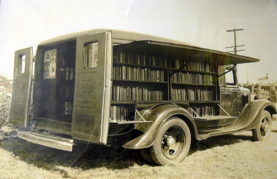 Geopende boekmobiel uit 1925