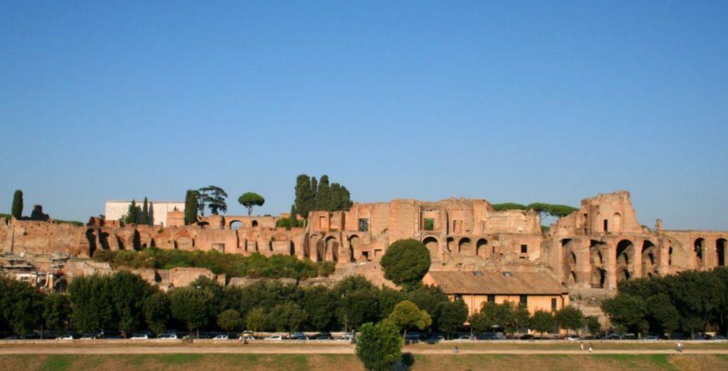 De Palatijn gezien vanaf de Circus Maximus (cc - Jean Paul Grandmond)