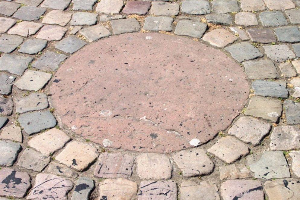 Replica van de Roode Steen in Hoorn op het gelijknamige plein - cc