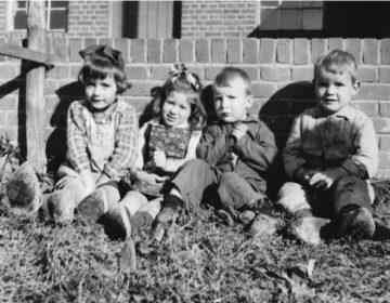 Anneke met haar pleegzusje en haar twee pleegbroertjes tegen het einde van de oorlog. V.l.n.r. Mineke, Anneke, Herman en Wim. Bron: Zussen. Een oorlogsverhaal