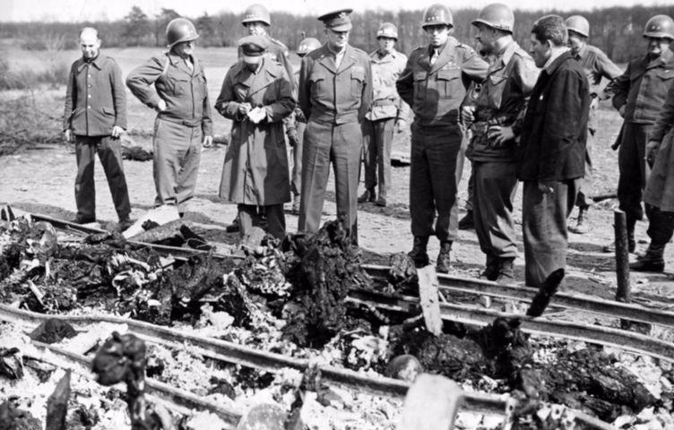 Eisenhower en de generaals Patton en Bradley bekijken in kamp Ohrdruf een brandstapel met gedeeltelijk verbrande lijken, 12 april 1945. Colonel Meches / National Archives Washington / Publiek domein